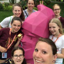v. links n. rechts: Jana, Jessi, Zoe, Nadine, Tine, Laura und Marie mit Karl, dem Buga-Zwerg