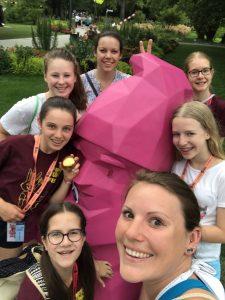 Die Turnerinnen auf dem Landeskinderturnfest Heilbronn: v. links n. rechts: Jana, Jessi, Zoe, Nadine, Tine, Laura und Marie mit Karl, dem Buga-Zwerg